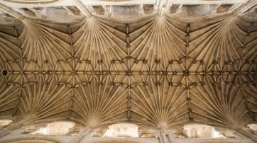 Die Deckenkonstruktion der Norwich Kathedral kann man jetzt auch von einer Rutschbahn aus betrachten.