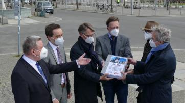 Übergabe der Unterschriften an die religionspolitischen Sprecher der Bundestagsfraktionen