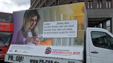 """So hatte der Chef der PR-Car-Firma das Plakat """"verändert""""."""