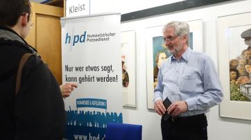 Dr. Reinhold Schlotz signierte am Stand des hpd seine Bücher.