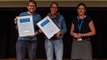 Die Gewinner des Carl-Sagan-Preises 2019: Hinnerk Feldwisch-Drentrup  und Nicola Kuhrt vom Projekt Medwatch mit Moderatorin Dr. Julia Offe.  (v.l.).
