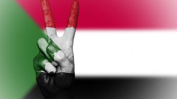 """Sudanesische Flagge mit """"Peace""""-Zeichen"""