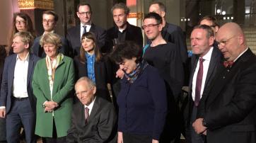 Kunst und Politik: In der Mitte Wolfgang Schäuble, rechts im Bild: Joachim Blüher