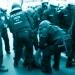 Einsatzkräfte der Polizei räumen eine Sitzblockade